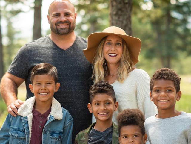Le couple a enfin pu se réunir avec leurs quatre enfants adoptifs