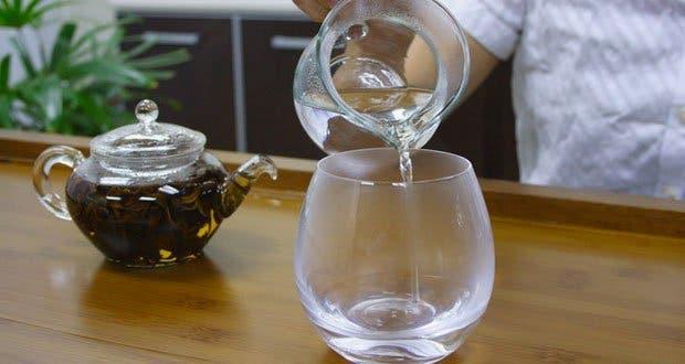 pourquoi faut il boire un verre d eau chaude par jour. Black Bedroom Furniture Sets. Home Design Ideas