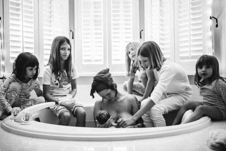 5 filles soutiennent leur mère pendant son accouchement et les photos sont à couper le souffle