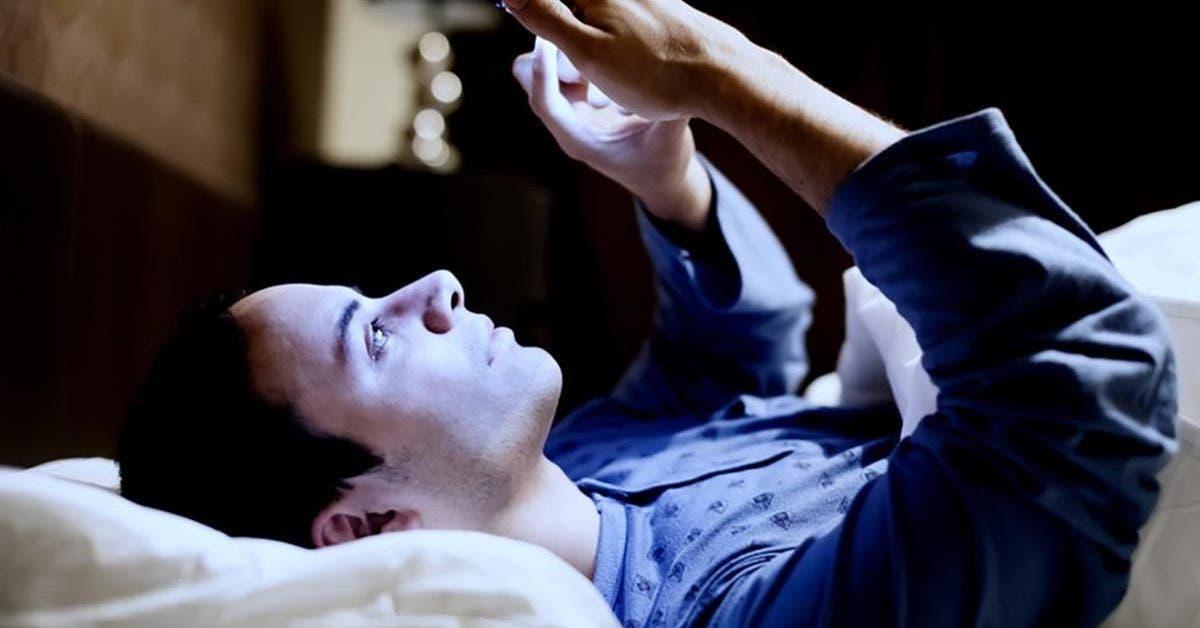 5 raisons pour lesquelles vous devez arreter dutiliser votre telephone dans votre lit le soir 1