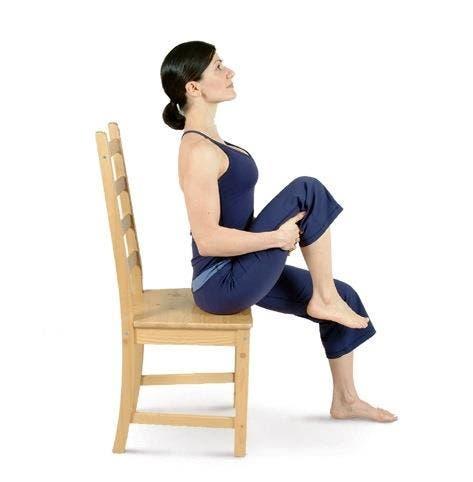 6 exercices pour un ventre plat que vous pouvez faire assis sur une chaise