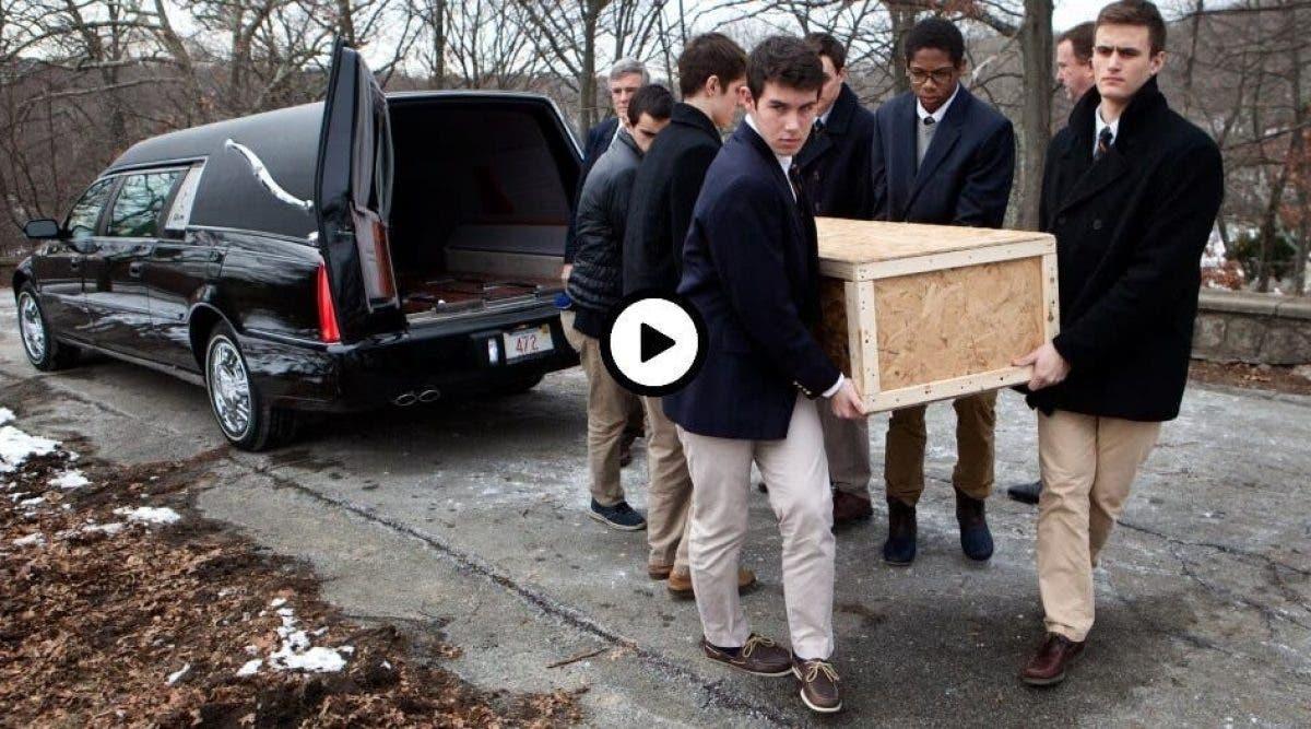 6 jeunes lycéens portent le cercueil d'un homme mort. Ils prononcent 5 mots qui ont fait le tour d'internet