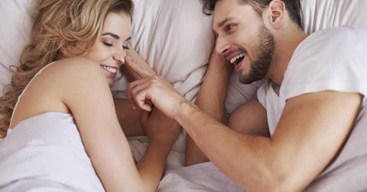 8 choses que les femmes font au lit et que tous les hommes adorent