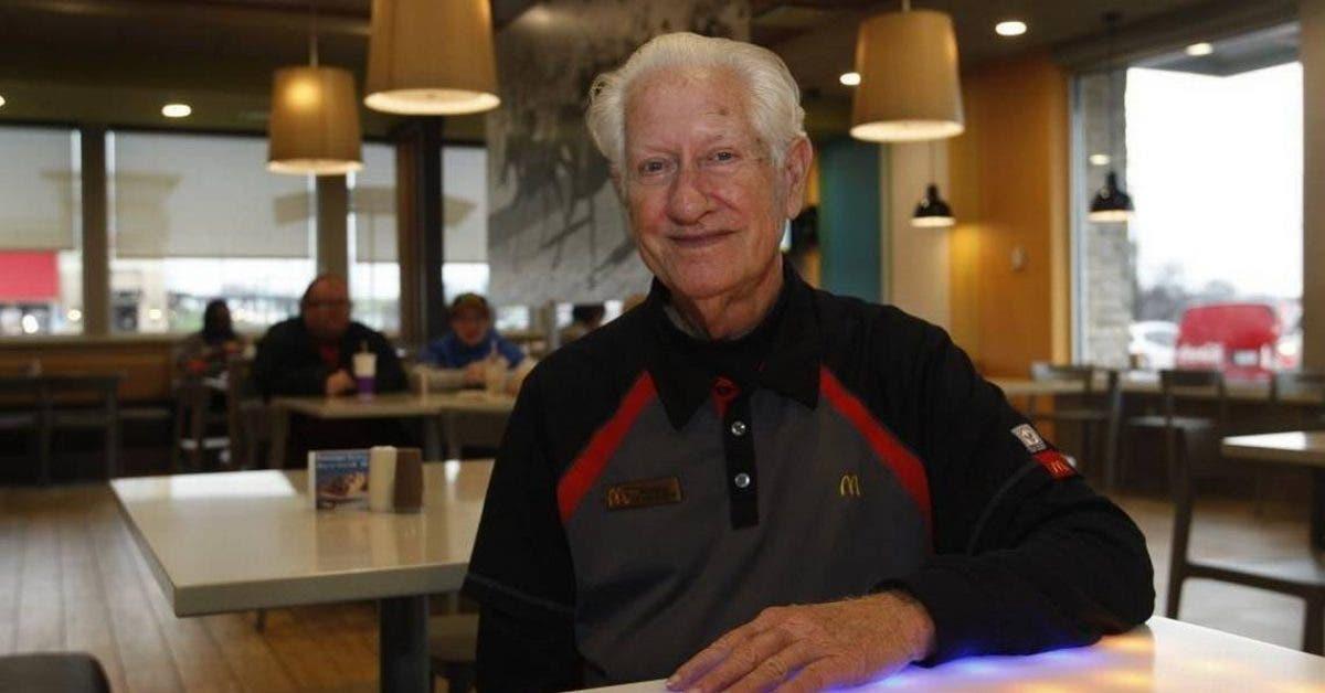A 85 ans cet homme est oblige de travailler chez McDonalds pour soccuper de ses deux petits fils handicapes 1