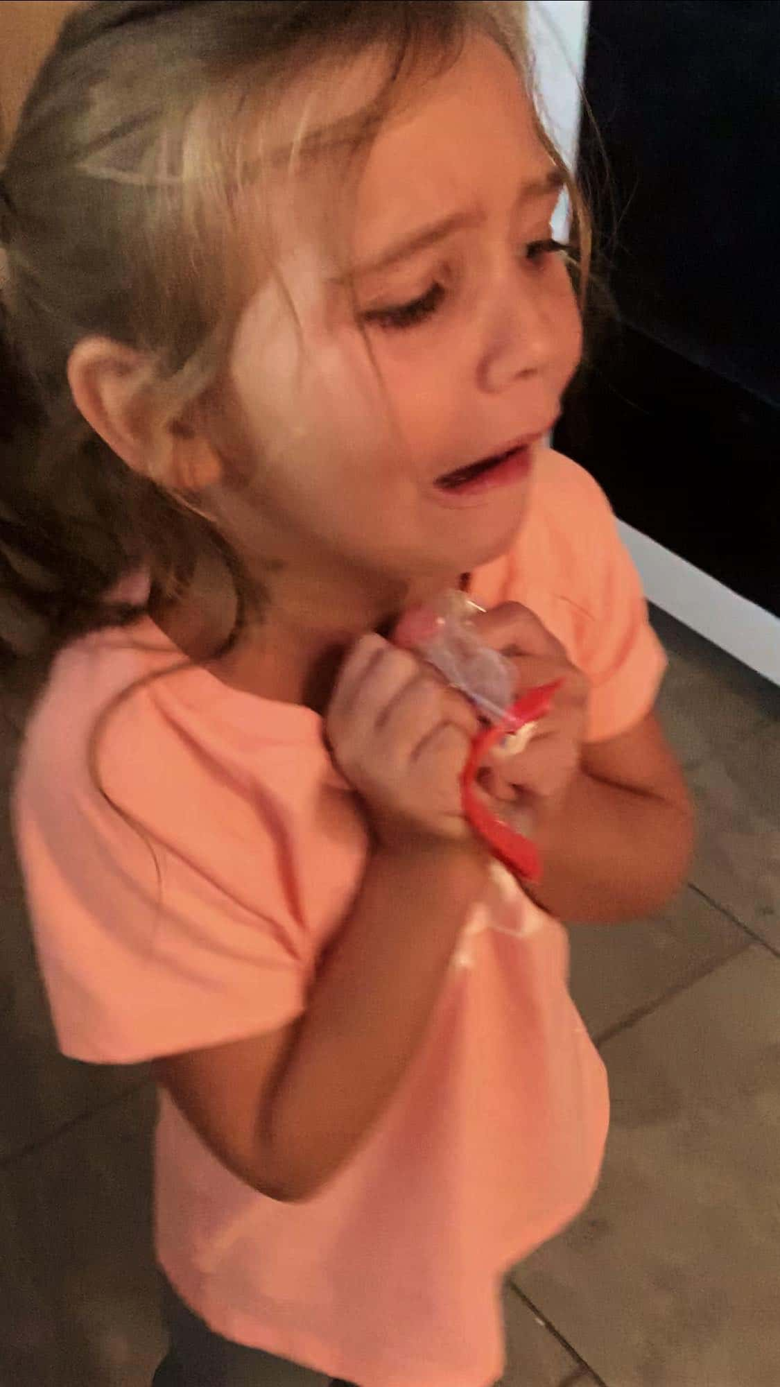 cette jeune fille jette son cadeau mais sa mère lui donne une bonne leçon