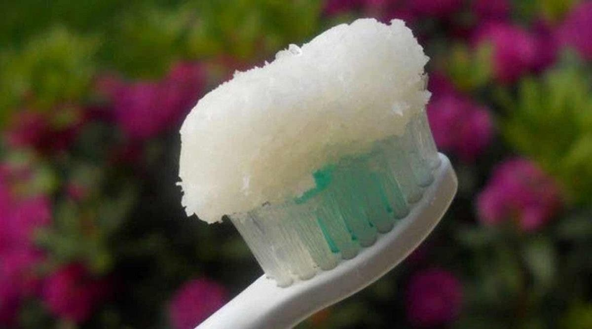 Ce dentifrice maison à l'huile de coco permet de prévenir les caries et de soigner vos dents abimées