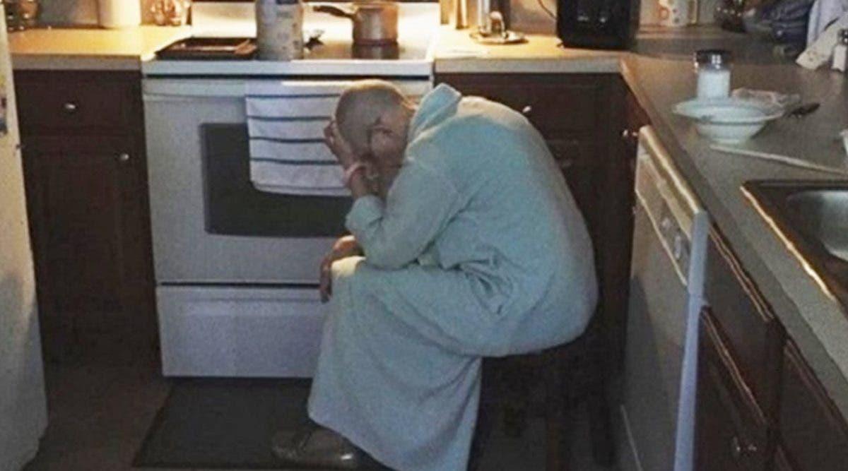 Ce mari voit sa belle-mère épuisée dans la cuisine - son cœur se brise quand il réalise pourquoi elle est assisse là