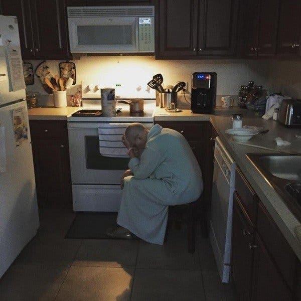 Ce mari voit sa belle mere epuisee dans la cuisine 1
