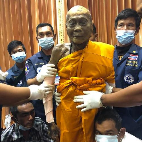 Ce moine bouddhiste déterré sourit encore