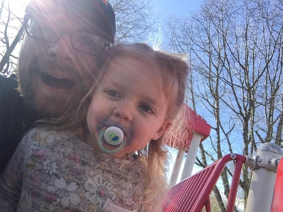Ce papa garde son enfant de 3 ans en laisse