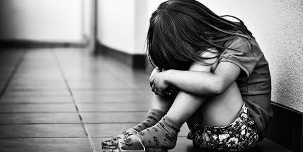 Ce pédophile a été arrêté avec des photos de cette petite fille