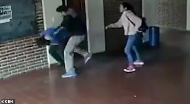 Ce père attaque violememnt le professeur accusé d'avoir abusé sexuellement de sa fille