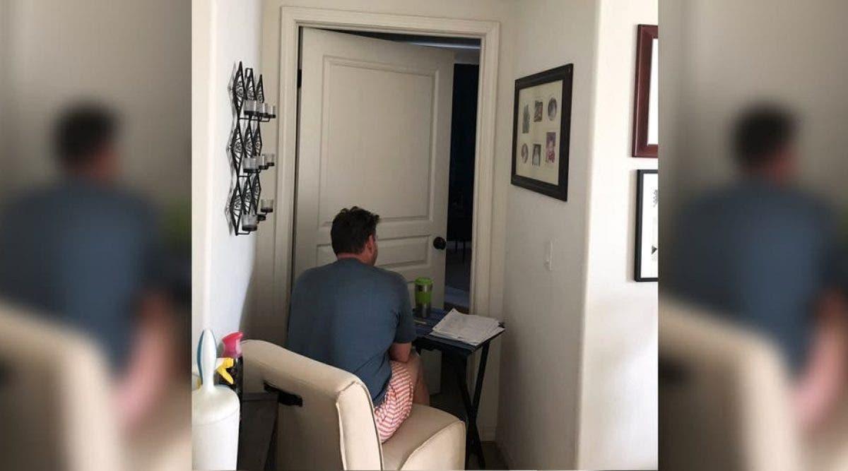 Ce père passe la journée assis devant la porte de sa femme, car il ne peut pas entrer. La raison va vous briser le coeur