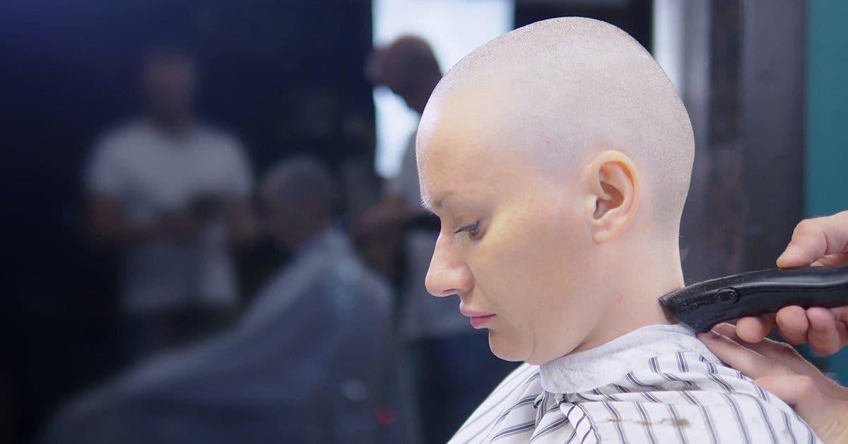Ce père rase les cheveux de sa fille pour avoir intimidé une fille atteinte du cancer et lui avoir arraché sa perruque