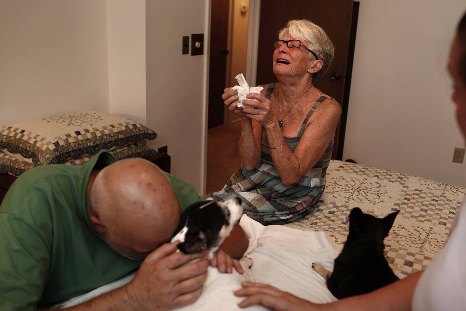 Ce photographe capture les derniers moments émouvants entre les animaux de compagnie et leurs propriétaires