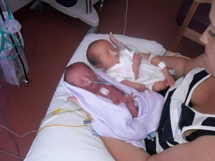 Ces parents accueillent leurs jumelles avec joie