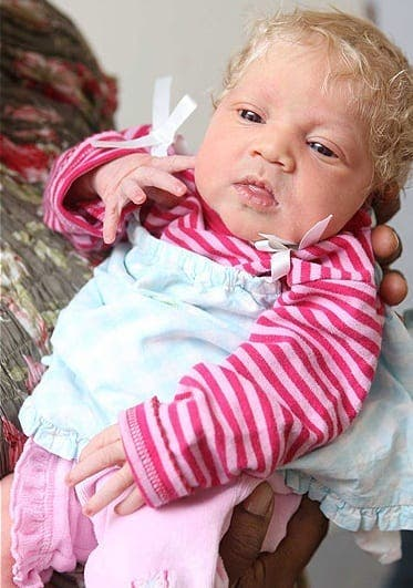 Ces parents noirs mettent au monde un bébé blanc aux yeux bleus