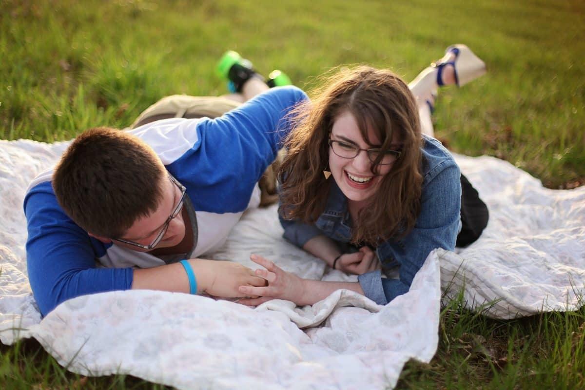 se moquer de votre partenaire renforce votre relation amoureuse