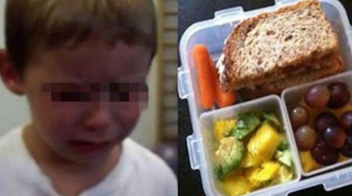 Cet enfant de 4 ans est en larmes après qu'un enseignant jette son déjeuner à la poubelle en lui disant qu'il ne pourra jamais le manger à l'école