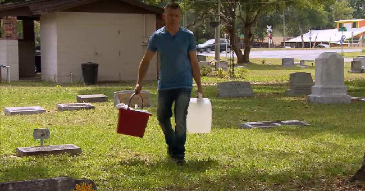 Cet homme va au cimetière avec un grand sac le dimanche, ce qu'il fait ensuite fait pleurer tout le monde !
