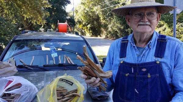 Cet homme vend du bois pour payer les factures médicales de sa femme, puis une passante apprend une terrible nouvelle