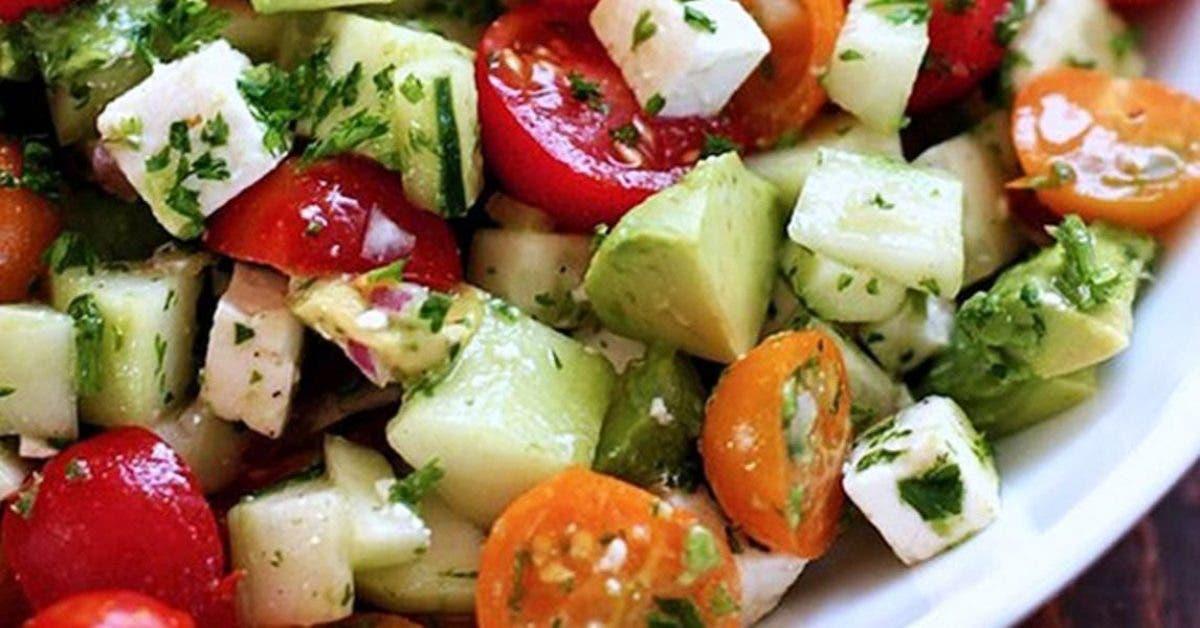 Cette délicieuse salade dégonfle le ventre et nettoie l'organisme (recette)