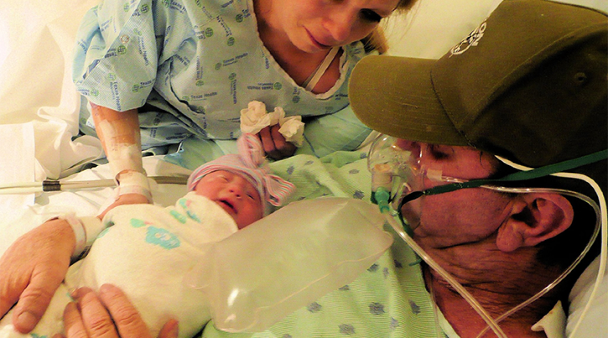 Cette femme fait un accouchement prématuré pour que son mari puisse prendre son bébé dans ses bras cinq jours avant de mourir