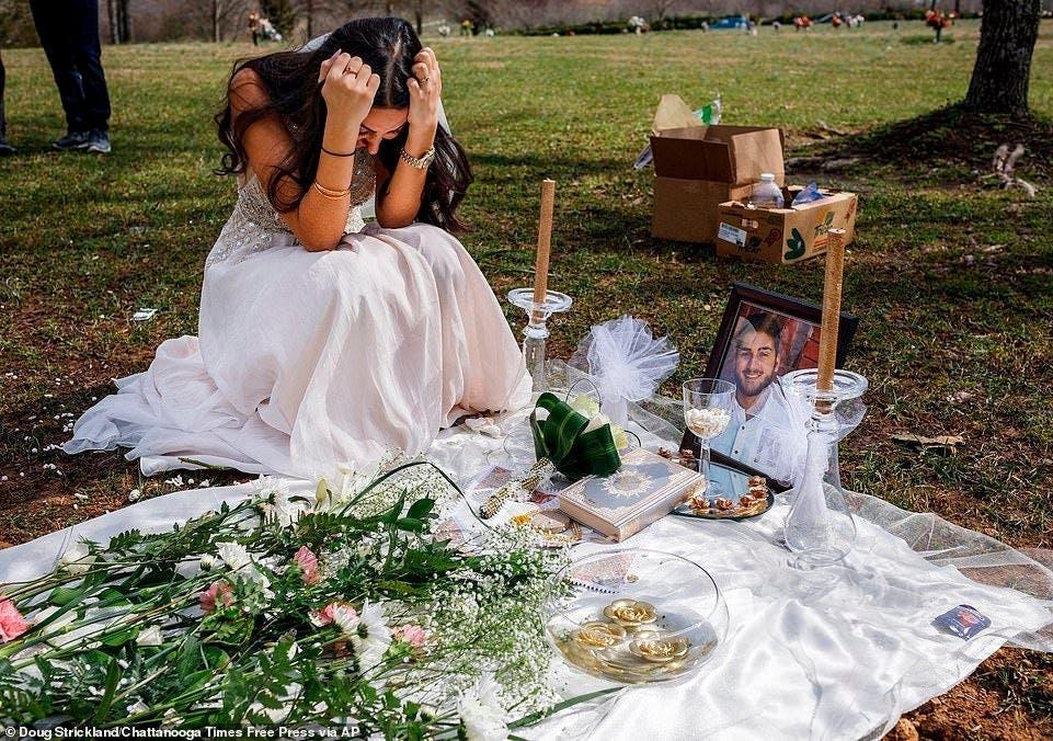 Cette femme pleure sur la tombe de son fiancé en robe de mariée