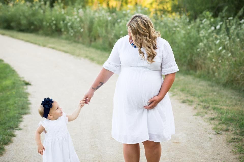 Cette mère annonce qu'elle est enceinte aux funérailles de son mari
