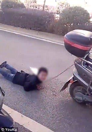 Cette mère attache son fils derrière un scooter et le traîne pour lui apprendre une leçon