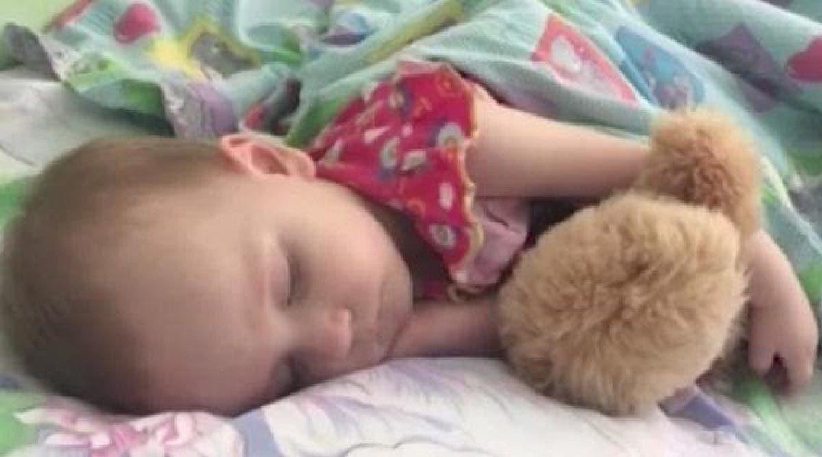 Cette mère est soulagée quand sa fille s'endort. Quelques heures après, elle n'arrive pas à la réveiller !