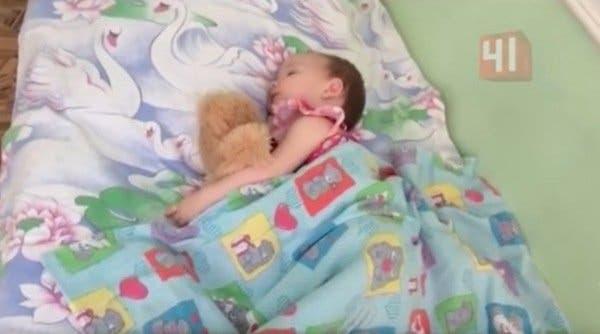Cette mère est soulagée quand sa fille s'endort