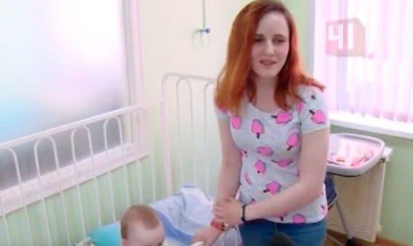 Cette mère est soulagée quand sa fille s'endort.