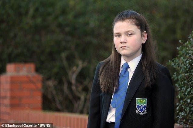 Cette petite fille aux cheveux roux est obligé de teindre ses cheveux en noir pour ne plus subir de harcèlement