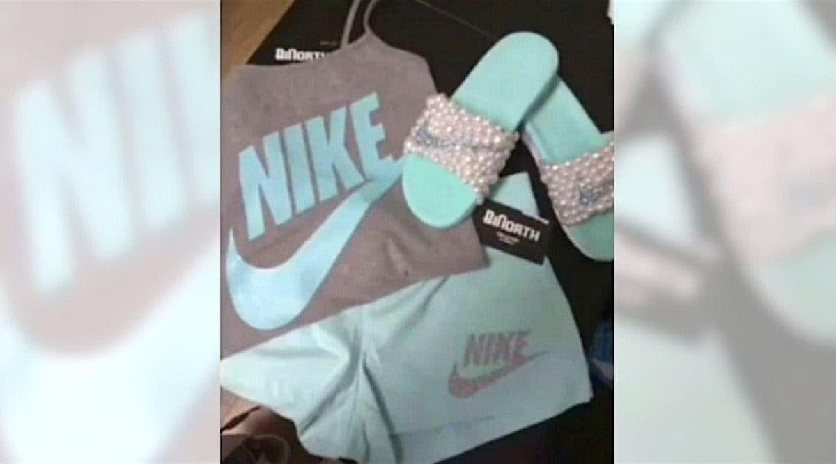 Cette tenue est-elle grise et turquoise ou rose et blanche