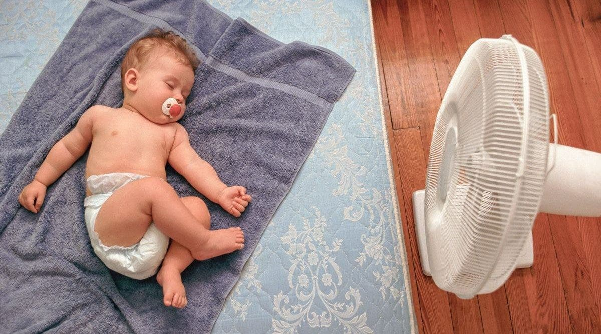 Comment garder les bébés au frais pendant la canicule - et pourquoi vous ne devriez jamais couvrir une poussette