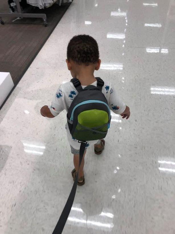 une maman explique pourquoi elle tient son enfant en laisse