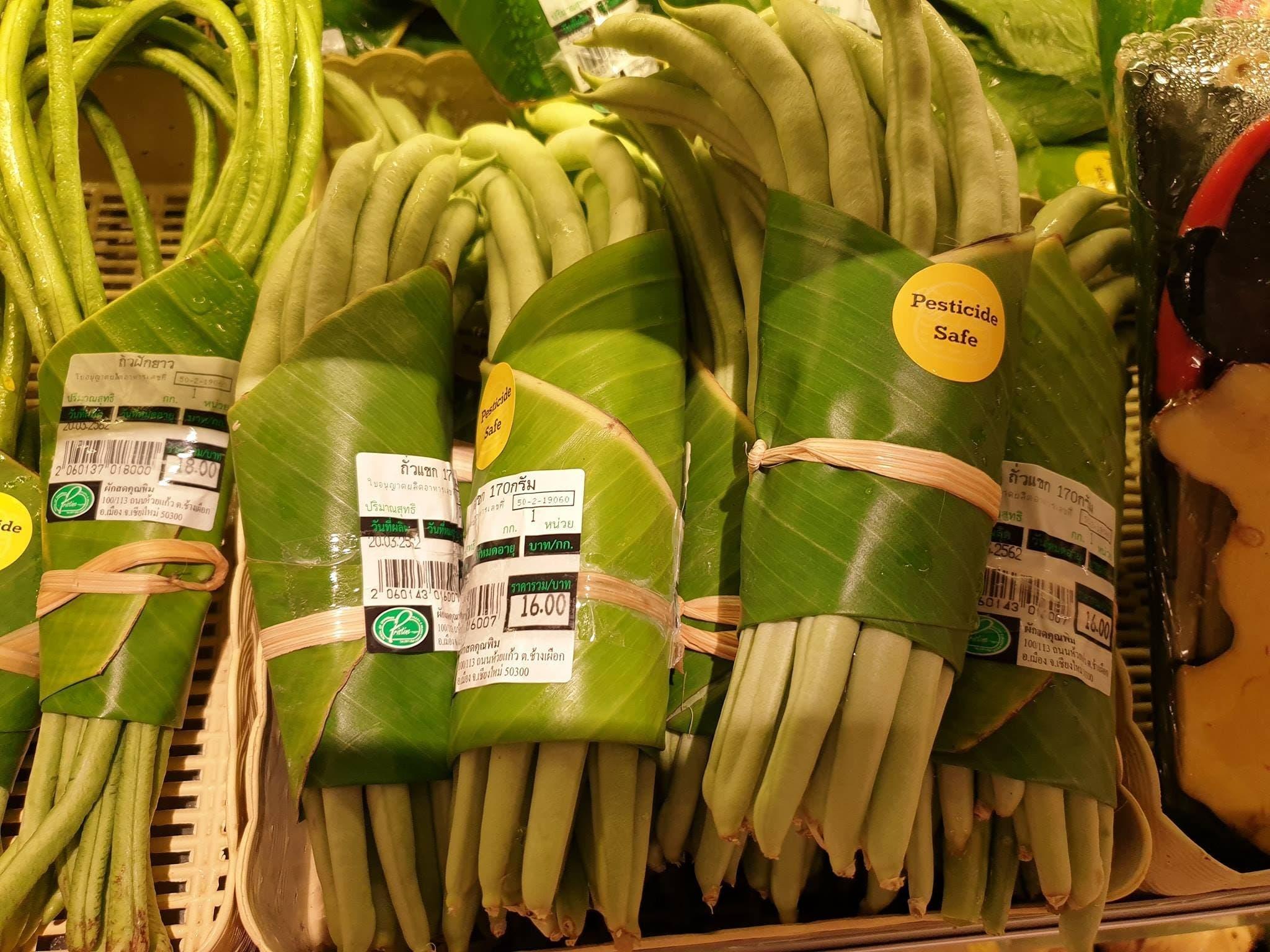 Des feuilles de bananiers à la place des sacs plastiques