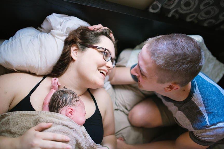 Des images puissantes de pères qui soutiennent leur partenaire pendant l'accouchement