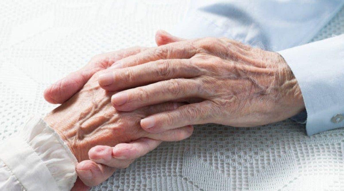 Des jumeaux fêtent leur 80ème anniversaire en compagnie de leur maman âgée de 103 ans