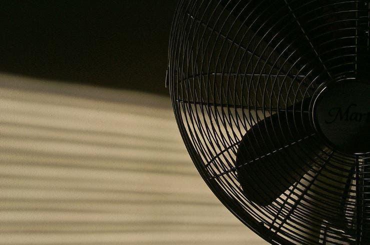 Dormir avec un ventilateur la nuit est terrible pour votre santé