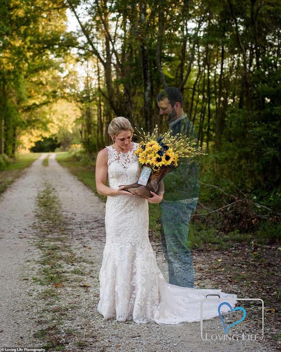 porte sa robe de mariée sur la tombe de son fiancé