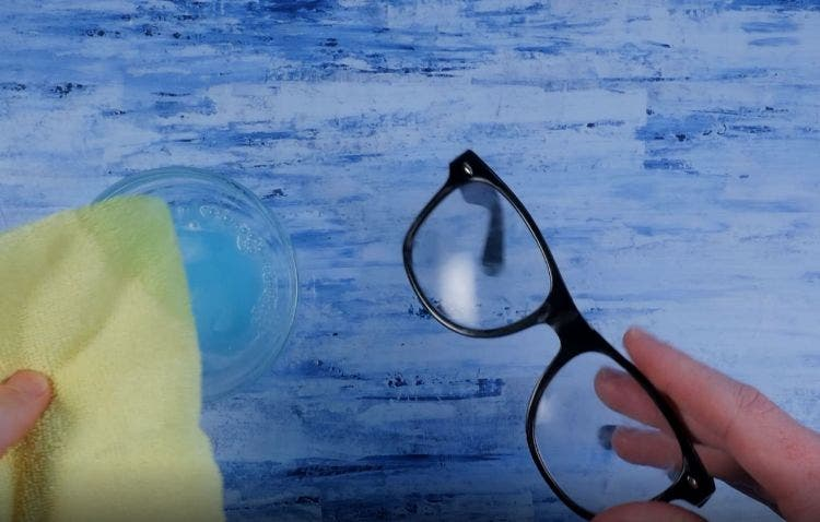 L'eau savonneuse fait disparaître les rayures