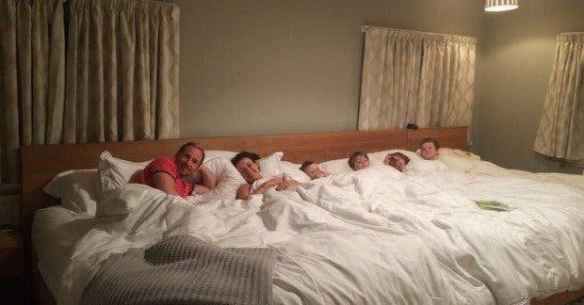Fini lintimite ces parents fabriquent un lit geant pour dormir avec leurs quatre enfants 1