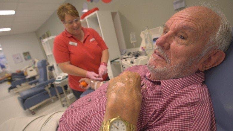 Il a donné son sang chaque semaine pendant 60 ans