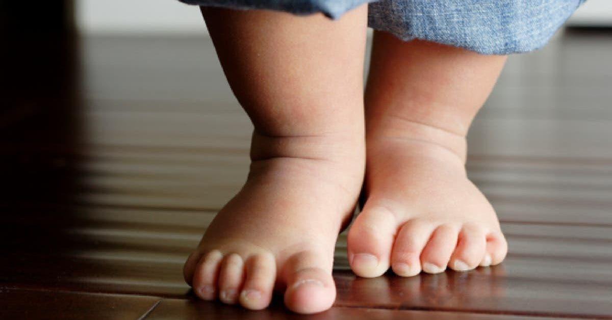 Il faut absolument laisser les bébés marcher pieds nus
