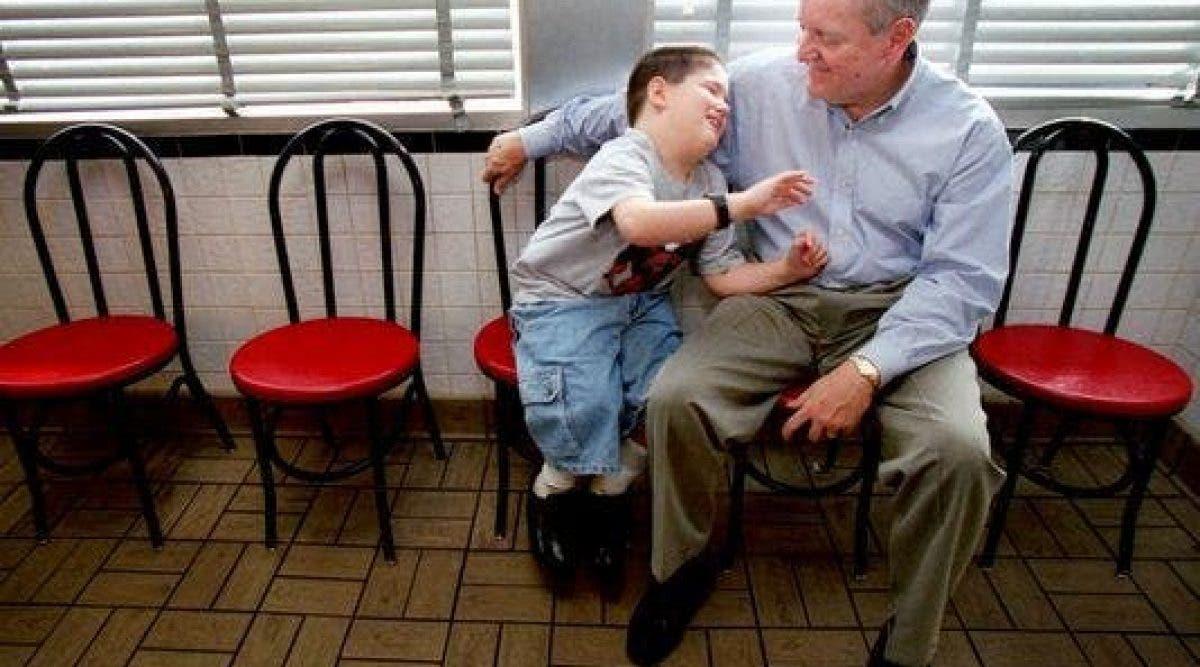 Il s'approche d'un garçon non-voyant et abandonné qui est assis tout seul. 17 ans après, regardez comment ce moment a tout changé