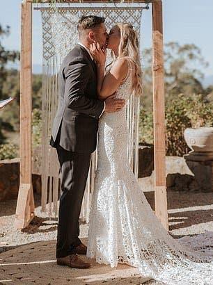 Ils se rencontrent un jour après leur naissance et se marient aujourd'hui