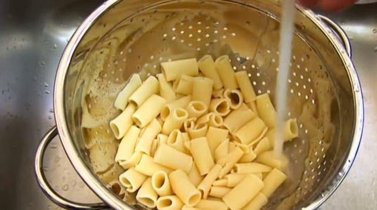Je fais toujours égoutter mes pâtes dans une passoire, mais après avoir vu ceci, plus jamais