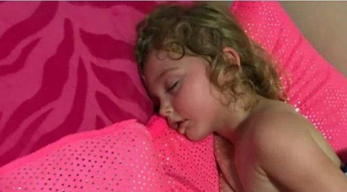 La fille refuse de se réveiller de la sieste